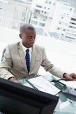 Retrato de um homem de negócios que pendura acima Fotos de Stock Royalty Free