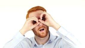 Retrato de um homem de negócios que usa binóculos, procurando por oportunidades, filme