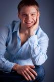 Retrato de um homem de sorriso novo fotos de stock royalty free