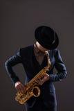 Retrato de um homem do jazz em um terno com esconder do chapéu Fotografia de Stock Royalty Free