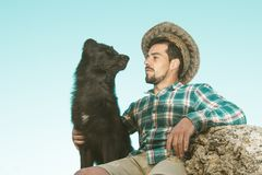 Retrato de um homem e de um cão imagens de stock royalty free