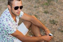Retrato de um homem em um parque da cidade Fotografia de Stock