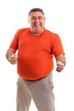 Retrato de um homem gordo feliz que levanta no estúdio fotografia de stock