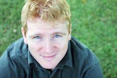 Retrato de um homem louro com olhos azuis impressionantes foto de stock