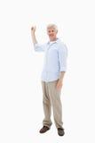 Retrato de um homem maduro que aponta em algo imagens de stock royalty free
