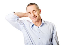 Retrato de um homem maduro que sofre da dor de pescoço Imagem de Stock