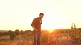 Retrato de um homem moderno no por do sol na natureza video estoque