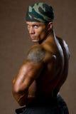Retrato de um homem muscular com um torso despido foto de stock