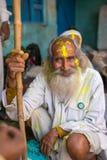 Retrato de um homem não identificado com a cara manchada com as cores durante a celebração de Holi em Nandgaon Imagens de Stock