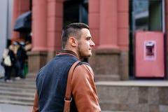 Retrato de um homem na cidade fotos de stock royalty free