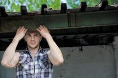 Retrato de um homem na moda novo considerável que está exterior na rua Espaço para o texto Foto de Stock
