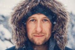 Retrato de um homem na roupa do inverno fotografia de stock