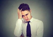 Retrato de um homem de negócio novo deprimido imagens de stock