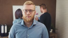 Retrato de um homem de negócios novo que está em um escritório na moda video estoque