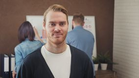 Retrato de um homem de negócios novo que está em um escritório na moda vídeos de arquivo