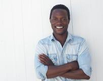 Retrato de um homem negro considerável com os braços cruzados Imagens de Stock Royalty Free