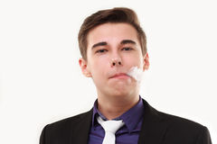 Retrato de um homem no terno que fuma um e-cigarro Foto de Stock Royalty Free