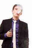 Retrato de um homem no terno que fuma um e-cigarro Fotografia de Stock Royalty Free