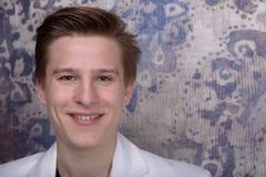Retrato de um homem novo foto de stock