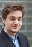 Retrato de um homem novo com cabelo de Brown Imagem de Stock Royalty Free