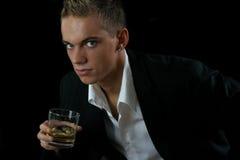 Retrato de um homem novo com um vidro Imagens de Stock
