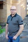 Retrato de um homem novo com vidros Foto de Stock