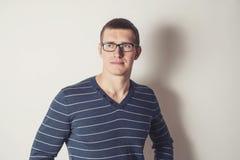 Retrato de um homem novo com vidros Fotografia de Stock