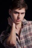 Retrato de um homem novo considerável em uma camisa de manta Imagens de Stock