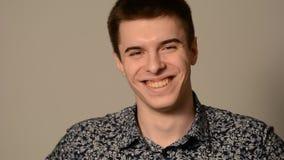 Retrato de um homem novo de sorriso vídeos de arquivo
