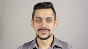 Retrato de um homem novo de sorriso com uma barba filme