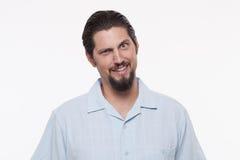Retrato de um homem novo de sorriso que levanta contra o branco Imagem de Stock