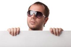 Retrato de um homem novo em vidros de sol foto de stock