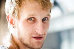 Retrato de um homem novo feliz Imagens de Stock Royalty Free