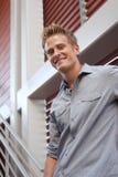 Retrato de um homem novo feliz que olha a câmera foto de stock royalty free