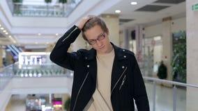 Retrato de um homem novo moderno nos vidros em um grande shopping Compras video estoque