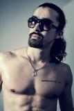 Retrato de um homem novo muscular considerável Foto de Stock Royalty Free