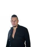 Retrato de um homem novo na camisa preta no fundo branco fotografia de stock