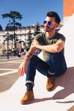 Retrato de um homem novo na moda em um dia ensolarado na cidade Imagens de Stock Royalty Free