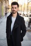 Retrato de um homem novo na moda na cidade Imagens de Stock Royalty Free