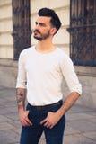 Retrato de um homem novo na moda na cidade Imagens de Stock