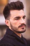 Retrato de um homem novo na moda na cidade Fotos de Stock Royalty Free