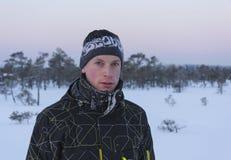 Retrato de um homem novo no inverno imagem de stock royalty free