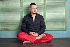 Retrato de um homem novo, postura dos lótus imagens de stock