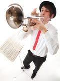 Retrato de um homem novo que joga sua trombeta Fotografia de Stock Royalty Free