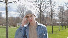 Retrato de um homem novo que sorria Passeio no parque no dia do outono filme