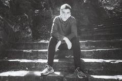 Retrato de um homem novo, sentando-se em escadas fotos de stock royalty free