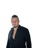 Retrato de um homem novo, vestido na camisa preta fotos de stock royalty free
