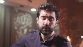 Retrato de um homem que canta uma música com paixão video estoque