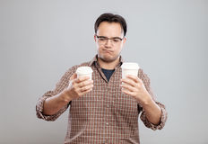 Retrato de um homem que escolhe a xícara de café Fotos de Stock Royalty Free