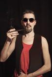 Retrato de um homem que fuma uma tubulação fotografia de stock royalty free